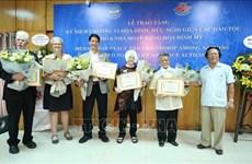 """越南友好组织联合会向6名美国和平人士授予""""致力于各民族和平友谊""""纪念章"""