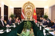 越南政府副总理兼外长范平明与拉脱维亚外长林克维奇斯举行会谈