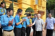 越共中央总书记、国家主席阮富仲会见优秀工会干部代表团