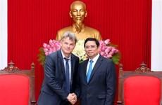 越共中央组织部部长范明正会见法国共产党全国书记法比安鲁塞尔