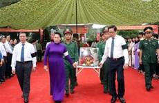 阮氏金银出席越南英雄烈士追掉会和安葬仪式