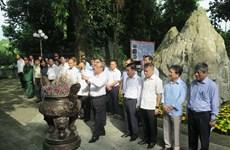 越共中央书记处常务书记陈国旺赴太原省向各位英雄烈士上香