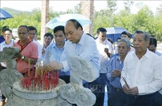 政府总理阮春福上香缅怀各位英烈