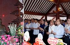 阮春福、阮氏金银等党和国家领导人给胡志明主席祠堂上香献花