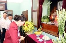 越南国会主席阮氏金银在67号房向胡志明主席敬香