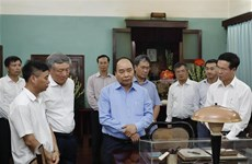 越南政府总理阮春福在67号房向胡志明主席敬香