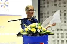 越南内务部向联合国人口基金驻越南首席代表授予纪念章