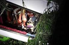 载有中国游客大巴在老挝发生严重车祸   多人伤亡