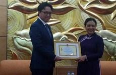 """柬埔寨驻越南大使荣获""""致力于各民族和平友谊""""纪念章"""