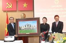 越南国会主席阮氏金银造访越南驻泰国大使馆  与大使馆工作人员和旅泰越南人交谈