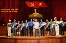 越共中央总书记、国家主席阮富仲会见全国先进青年党员