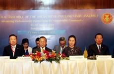 阮氏金银与泰国国会下议院议长川•立派共同召开新闻发布会