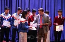 越南优秀学生荣获瓦莱奖学金