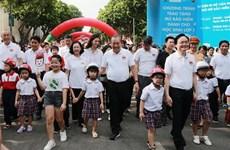 """政府副总理张和平发起""""为儿童佩戴安全头盔""""运动"""