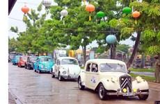 许多古董车亮相广南省会安市街道