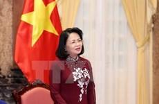 国家副主席邓氏玉盛会见特困优秀生代表团