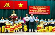 张和平副总理向胡志明市占族500名贫困学生颁发助学金