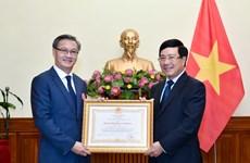 越南政府副总理兼外交部长范平明向老挝驻越大使颁发越南一级劳动勋章