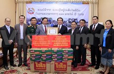 旅居老挝越南人向老挝灾民提供援助