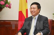 越南政府副总理范平明回答有关货物原产地及辅助工业的询问