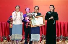 国会主席阮氏金银授予老挝各集体和个人越南国家勋章和徽章