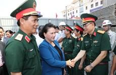 越南国会主席阮氏金银到老挝国会大厦施工现场视察督导