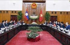 越南政府总理阮春福与老挝总理通伦·西苏里举行会谈