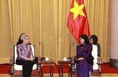 国家副主席邓氏玉盛会见澳大利亚维多利亚州州长琳达·德绍