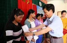 越南广治省350名老挝公民加入越南国籍