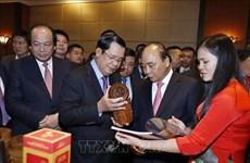 政府总理阮春福与柬埔寨首相洪森主持召开两国贸易投资促进会议