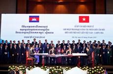 越柬两国总理共同主持陆地边界勘界立碑工作总结会议