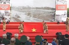 首都河内解放65周年:再现首都得到解放当天举行的历史性升旗仪式