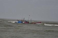 一艘巴拿马籍货轮营救两名海上遇险的越南渔民
