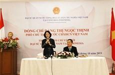 邓氏玉盛探访越南驻印度尼西亚大使馆
