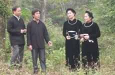 """越南高平省岱依族人和侬族人的""""南偶""""歌和交换毛巾信物习俗"""
