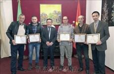 越南驻阿尔及利亚大使馆向阿尔及利亚制片人和记者授予奖状