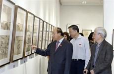 越南政府总理阮春福参观吴孟麟画家的画展