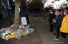在英越南人向英国死亡货车39名遇难者献花