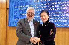 """委内瑞拉驻越大使荣获""""致力于各民族和平友谊""""纪念章"""