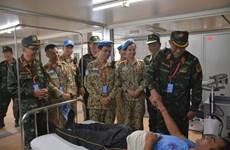 陈光方上将走访慰问在南苏丹执行维和任务的越南野战医院