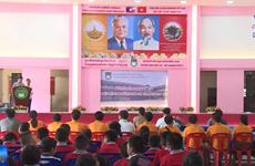 阮攸老越双语学校举行越南教师节纪念活动