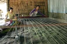 前江省多错并举扶持隆定乡传统凉席编织业发展