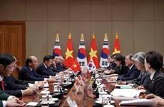 政府总理阮春福与韩国总统文在寅举行会谈