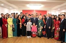 阮春福总理走访越南驻韩国大使馆