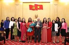 """委内瑞拉驻越南大使荣获""""致力于政治理论培训事业""""纪念章"""