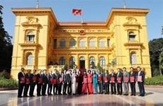 国家副主席邓氏玉盛向新任驻外的16位大使颁发任命书