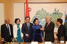 越南国会主席阮氏金银看望旅居俄罗斯鞑靼斯坦共和国越南人代表