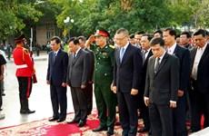 越南人民军建军75周年:越南驻柬埔寨大使在越柬友谊纪念碑前上香