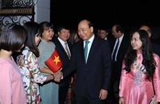 越南政府总理阮春福同旅缅越南人亲切交谈