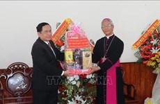 越南祖国阵线中央委员会主席陈青敏拜访归仁天主教教区主教座堂
